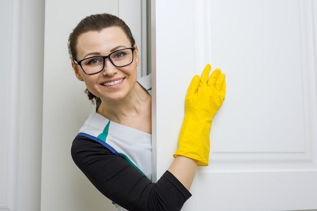 Professionele schoonmaakservice. vrouwenmeisje in gele rubberhandschoenen