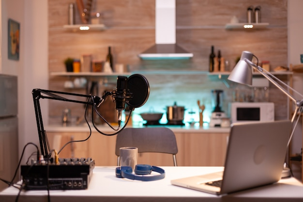 Professionele setup voor het opnemen van podcast in thuisstudio van vlogger. influencer die sociale media-inhoud opneemt met productiemicrofoon. digitaal web internet streaming station