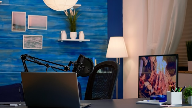 Professionele setup voor het opnemen van podcasts in de thuisstudio van vlogger