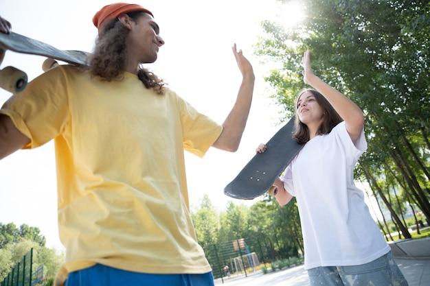 Professionele skateboarders hebben plezier in het skatepark
