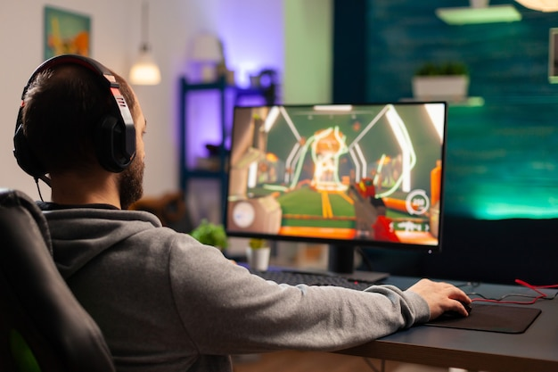 Professionele speler met headset die videogame speelt met moderne graphics voor shooter-competitie. online streaming cyber presteren tijdens gamingtoernooien met behulp van draadloos technologienetwerk