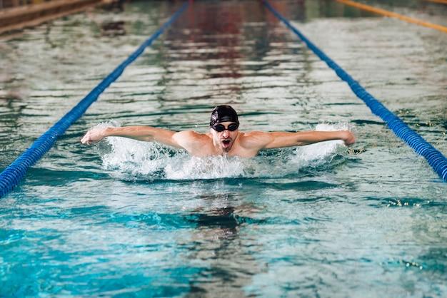 Professionele sportman oefenen bij het zwembad