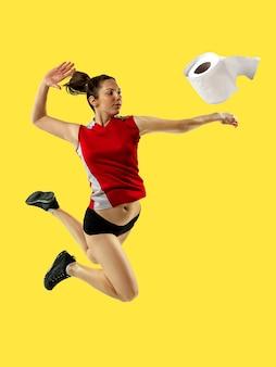 Professionele sportvrouw betrapt toiletpapier in beweging en actie