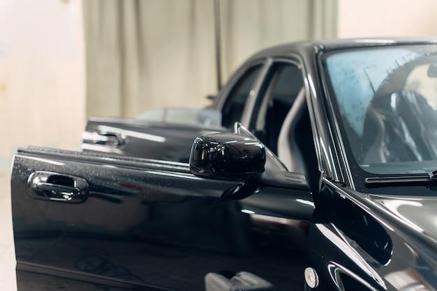 Professionele stomerij van auto op carwash service.