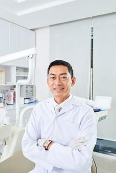 Professionele tandarts in de tandheelkundige kliniek