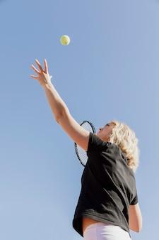 Professionele tennisser die bal werpt