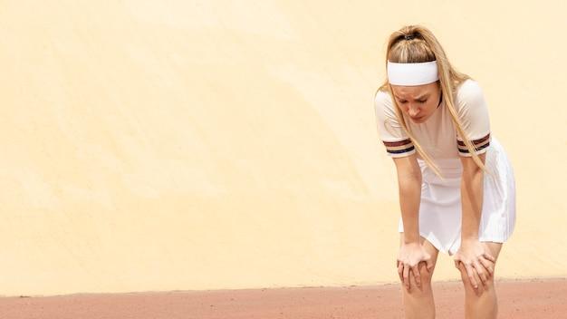 Professionele tennisspeelster die op adem komt