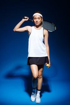 Professionele tennisspeelster met racket op de schouder