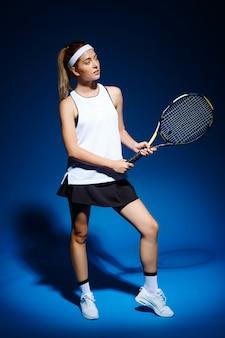 Professionele tennisspeelster met racket poseren