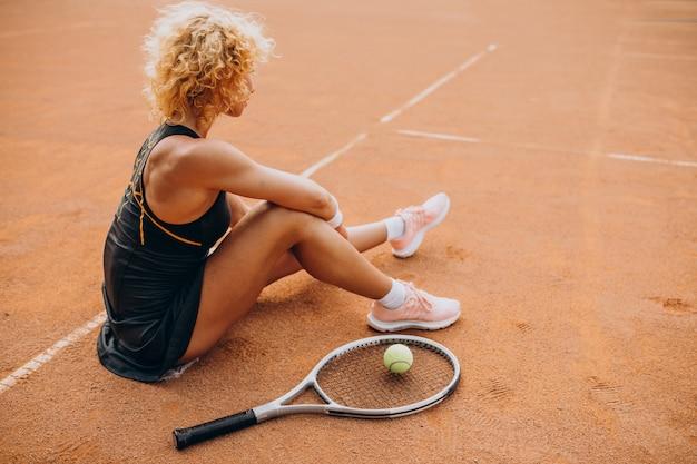 Professionele tennisspeelster op de tennisbaan
