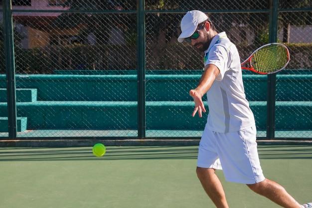 Professionele tennisspeler die een tenniswedstrijd speelt op een baan