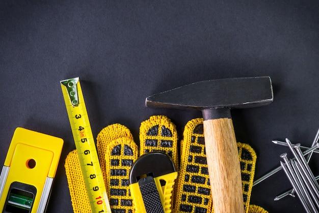 Professionele tools voor timmerwerk en accessoires op zwarte achtergrond