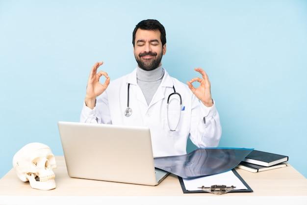 Professionele traumatoloog op de werkplek in zen pose