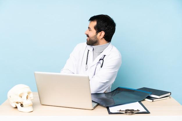 Professionele traumatoloog op de werkplek in zijligging