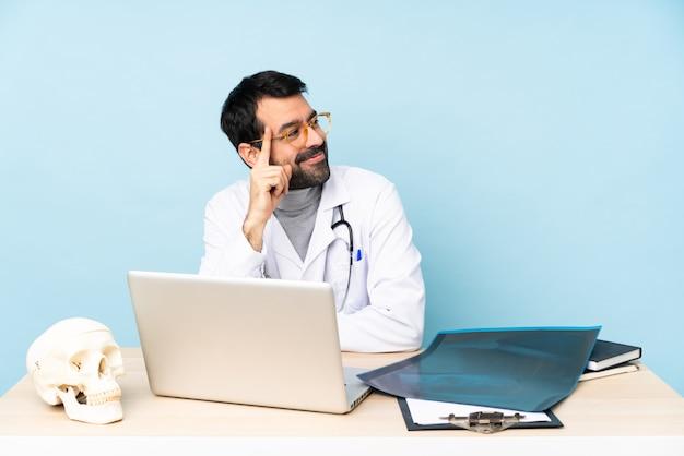 Professionele traumatoloog op de werkplek met een bril en glimlachen