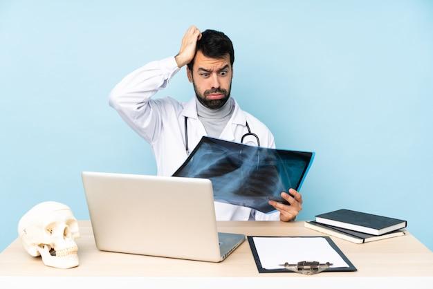 Professionele traumatoloog op de werkplek met een uiting van frustratie en niet begripvol