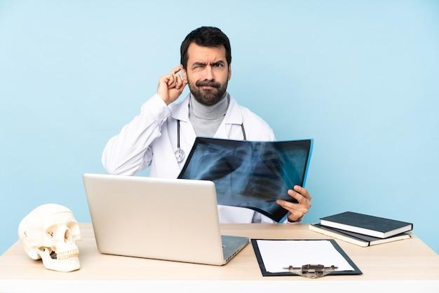 Professionele traumatoloog op de werkplek met twijfels