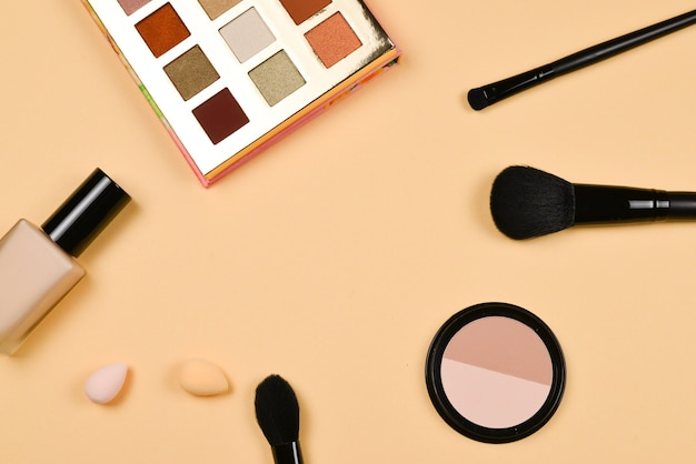 Professionele trendy makeup producten met cosmetische schoonheidsproducten, foundation, lippenstift, oogschaduw, wimpers, borstels en gereedschap.