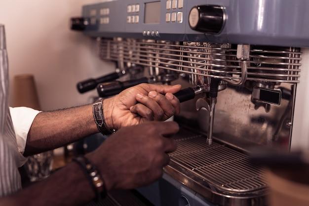 Professionele uitrusting. close-up van een professionele koffiemachine die zich in het café bevindt