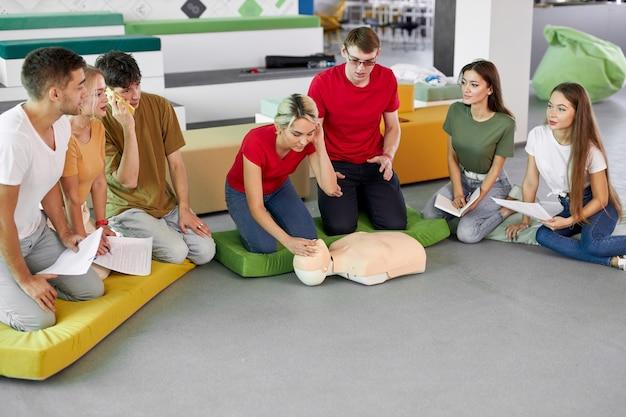 Professionele veiligheidsinstructeur toont oefeningen, manipulaties van eerste hulp