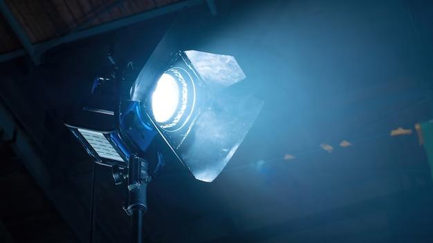 Professionele verlichtingsapparatuur op de filmset met rook in de lucht