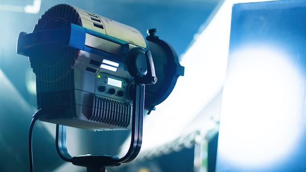 Professionele verlichtingsapparatuur op de filmset