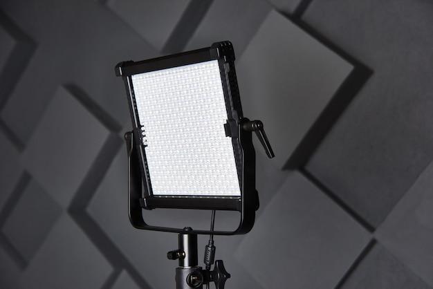 Professionele videolamp op verstelbare lichtstatief ledlamp op statief in fotostudio