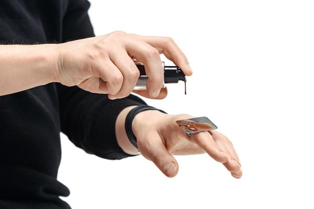 Professionele visagist die bij salon werkt. de man in vrouwelijk beroep. gendergelijkheid concept. mannelijke handen met borstelclose-up