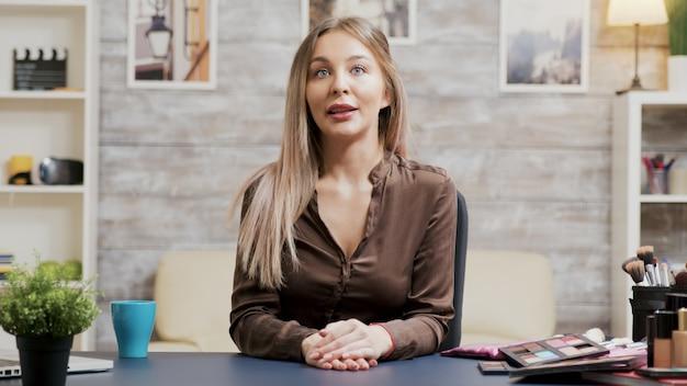 Professionele visagist die een modevlog opneemt. beroemde beïnvloeder.