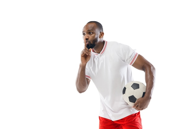 Professionele voetballer die op witte studiomuur wordt geïsoleerd
