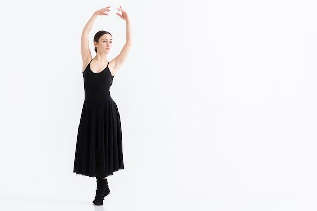 Professionele volwassen vrouw die met exemplaarruimte danst