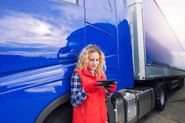 Professionele vrachtwagenchauffeur die navigatie voor de bestemming instelt.