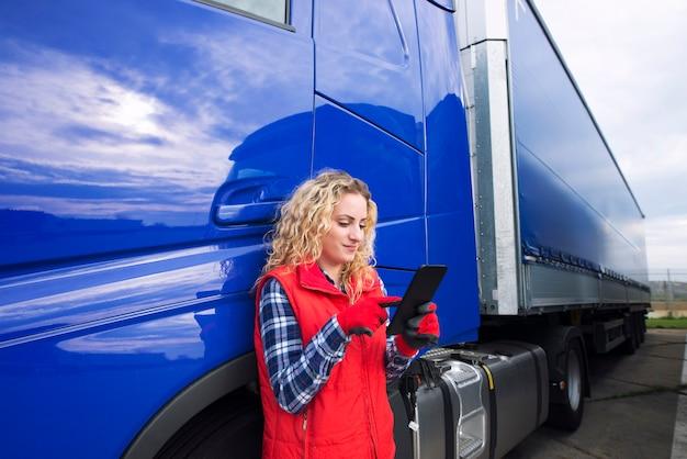 Professionele vrachtwagenchauffeur die navigatie voor de bestemming instelt