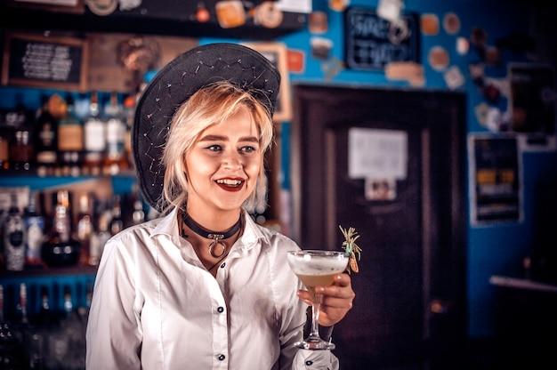 Professionele vrouw barman toont zijn professionele vaardigheden in de nachtclub