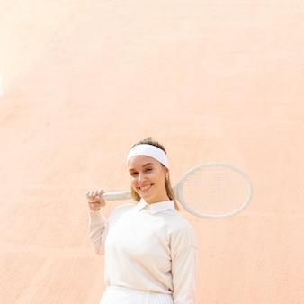 Professionele vrouw tennisspeler poseren