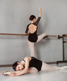 Professionele vrouwelijke balletdansers trainen samen in pointe-schoenen en maillots
