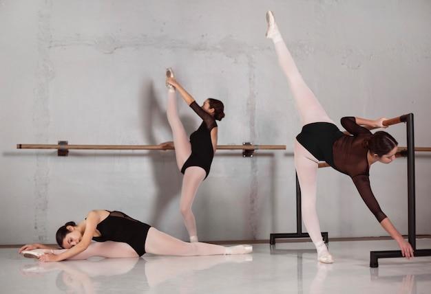 Professionele vrouwelijke balletdansers trainen samen