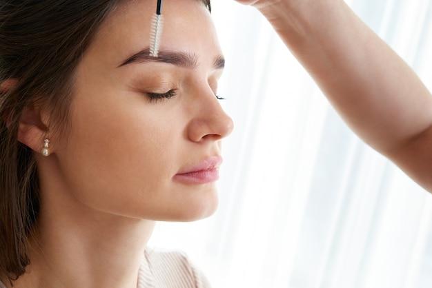 Professionele wenkbrauwcorrectie in de schoonheidssalon van de spa