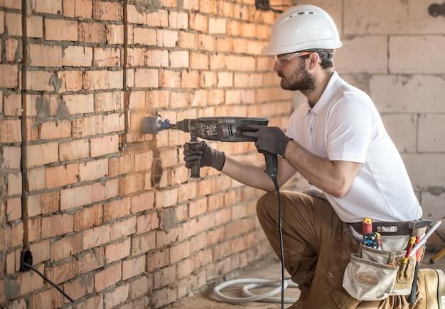 Professionele werker op de bouwplaats