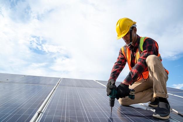 Professionele werknemer die zonnepanelen werkt en installeert, innovatieve oplossing voor het oplossen van energie, gebruik van hernieuwbare bronnen, groene energie.