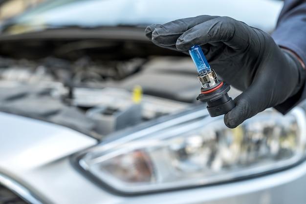 Professionele werknemer nieuwe halogeen gloeilampen auto wijzigen. reparatie auto