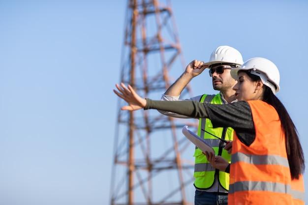 Professionele werktuigbouwkundige teamwokr. bouwmanager en ingenieur bezig met bouw bouwplaats.