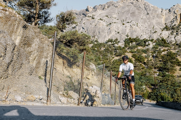Professionele wielrenner man in actie op bergweg