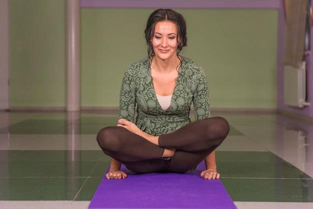 Professionele yoga trainer poseren in yoga in fitness klasse