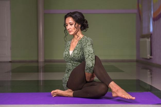 Professionele yogatrainer voert yoga asana uit in de sportschool.