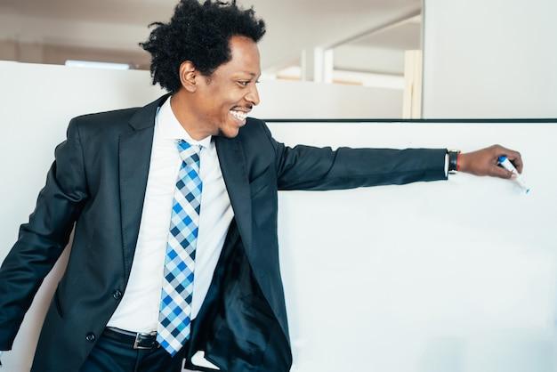 Professionele zakenman die iets op het whiteboard toont of wijst op een zakelijke bijeenkomst. bedrijfsconcept.