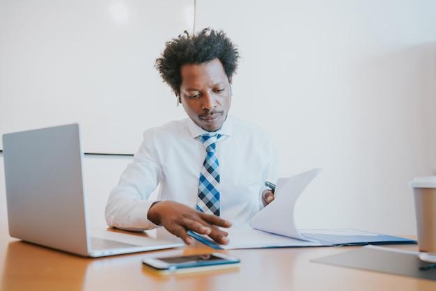 Professionele zakenman die op zijn kantoor werkt. zakelijk en succesconcept