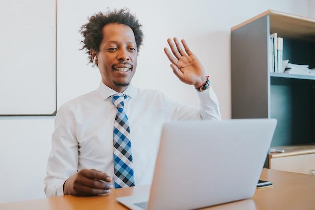 Professionele zakenman in een virtuele vergadering op videogesprek met laptop op kantoor. bedrijfsconcept.