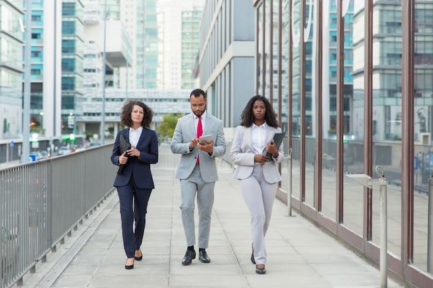 Professionele zakenmensen op straat