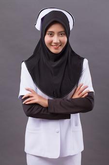 Professionele zelfverzekerde moslim vrouwelijke verpleegster